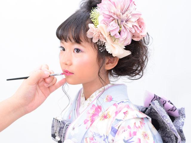 美容スタッフによる七五三のヘアメイク・お化粧風景