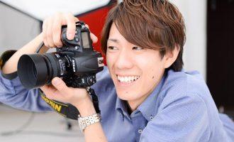 写真スタジオで撮影するカメラマン